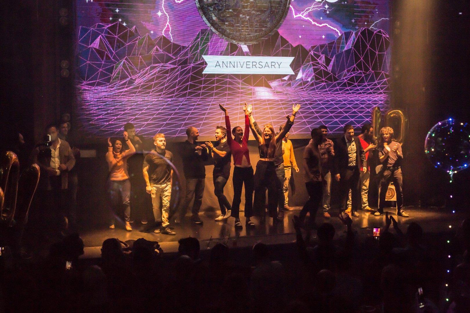 מסיבת עשור לביטקוין ינואר 2019 - חוגגים על הבמה